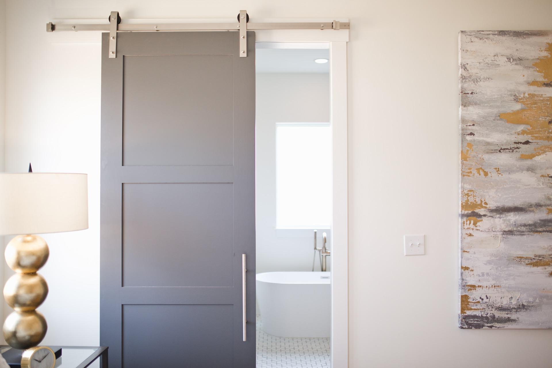 Come montare una porta scorrevole con binario a vista?