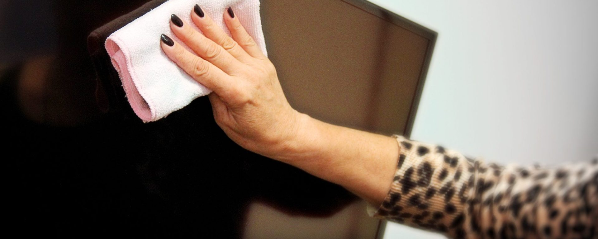 Come pulire lo schermo della TV (senza danneggiarlo)
