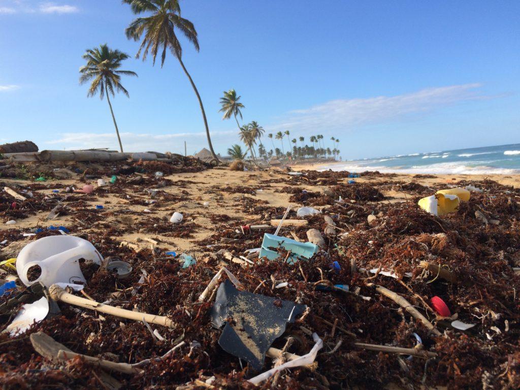 rifiuti plastica sulla spiaggia