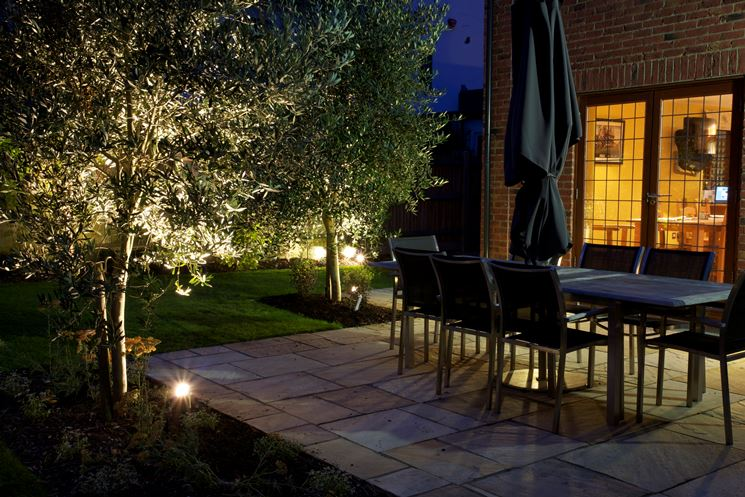 Interruttori crepuscolari per illuminare il giardino