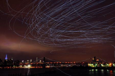 Fly by night: i piccioni illuminati a led dell'artista Duke Riley