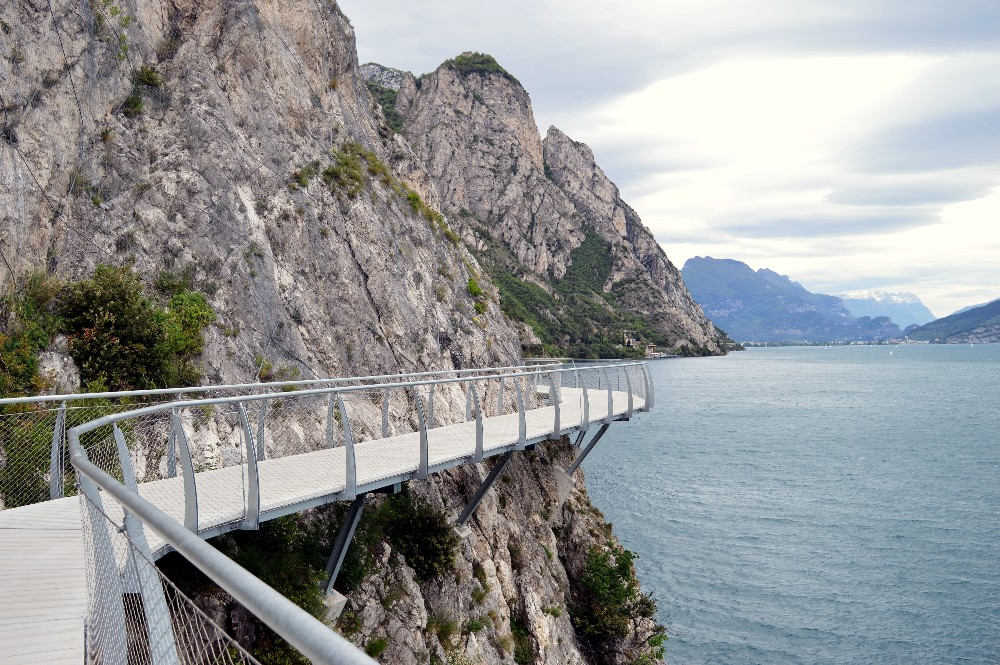 La pista ciclabile più bella del mondo è sul lago di Garda