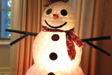 Come fare il pupazzo di neve con i bicchieri di carta