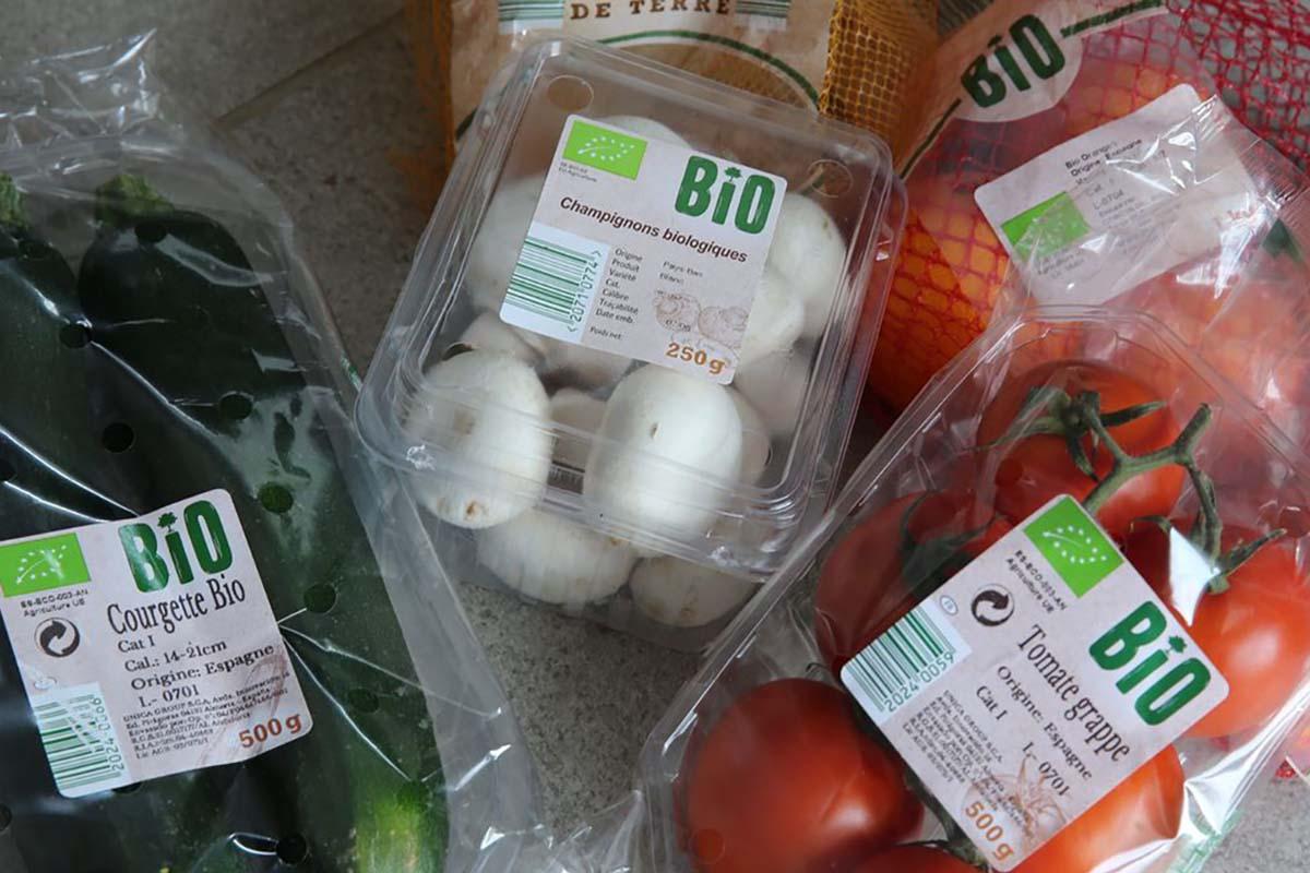 Come i supermercati speculano sui margini di verdura e frutta bio