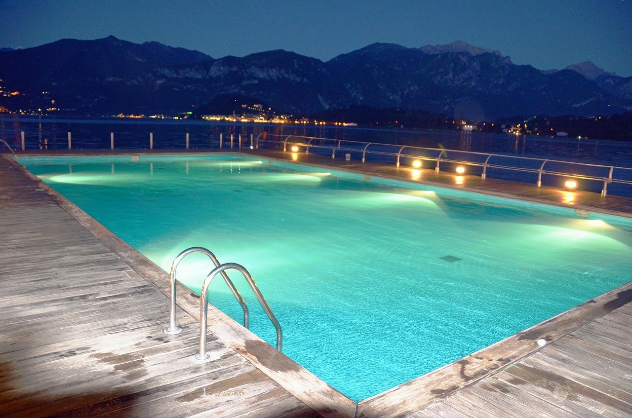 Come illuminare al meglio una piscina