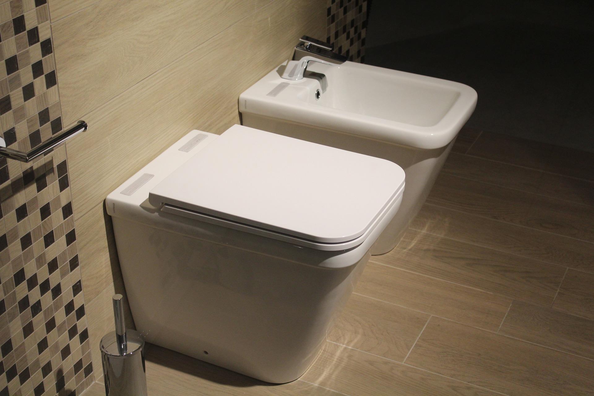 Come pulire a fondo l'interno del WC